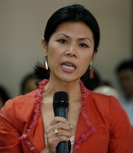 Theary Seng appealing to famed film director Oliver Stone to assist getting Henry Kissinger to testify at the Khmer Rouge Tribunal (University of Cambodia, Jan. 2010)