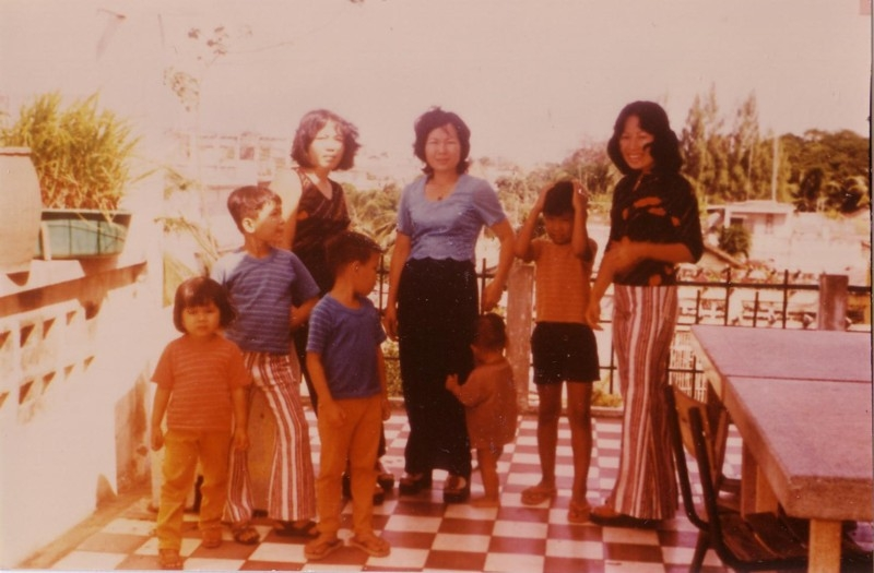 Auntie Peat (Eap Seng), mom (Eat Seng), Aunt Ry and 5 siblings at Wat Koh, 1974